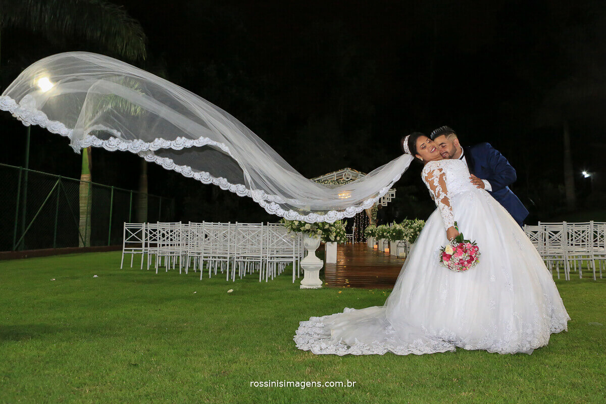 foto da noiva com véu voando, jogando o véu, wedding, casamento, noiva, chacara torres