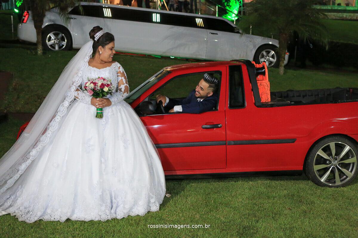 noivo com carro rebaixado e som no casamento, saveiro rebaixada, vw, saveiro no casamento