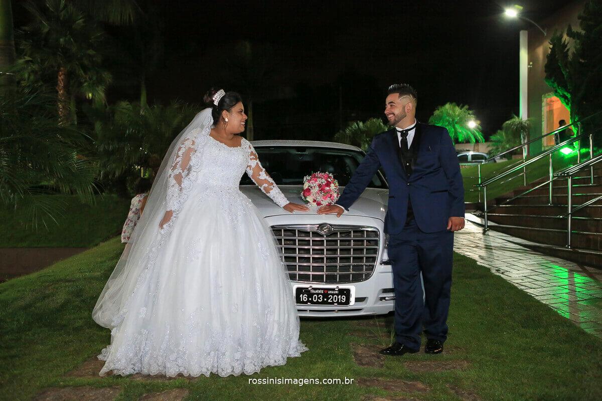 limousine no casamento, casal na limousine  Thamiris e Amauri