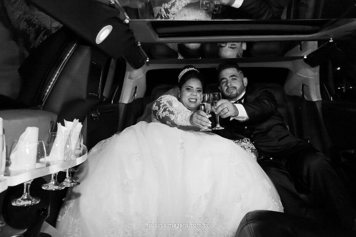 noivos na limousine, brinde na limousine pt