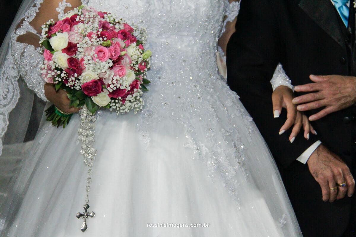 Noiva em oração no altar com o pai buquê, terço, escapulário