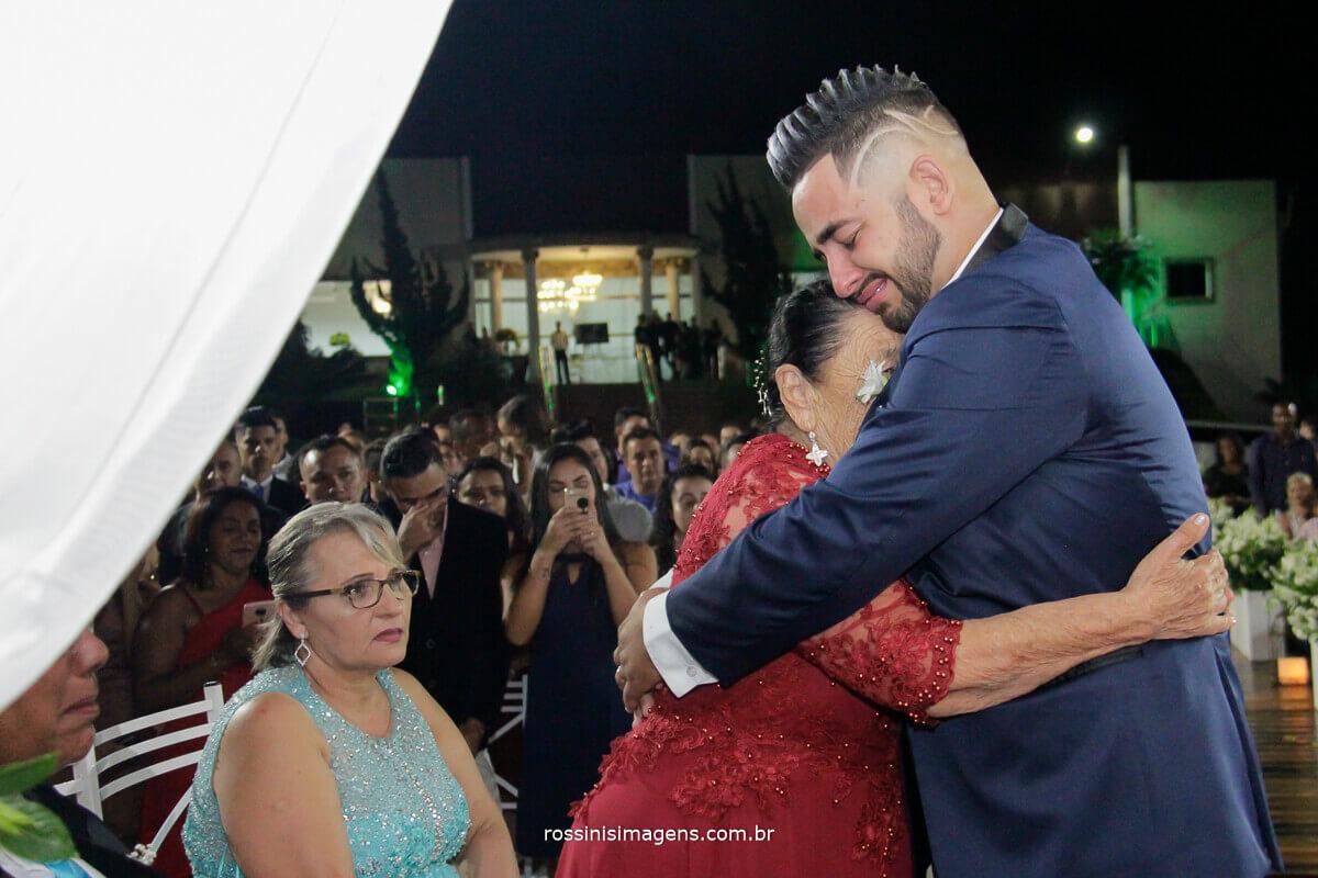 noivo abraçando a avo, assessoria de david