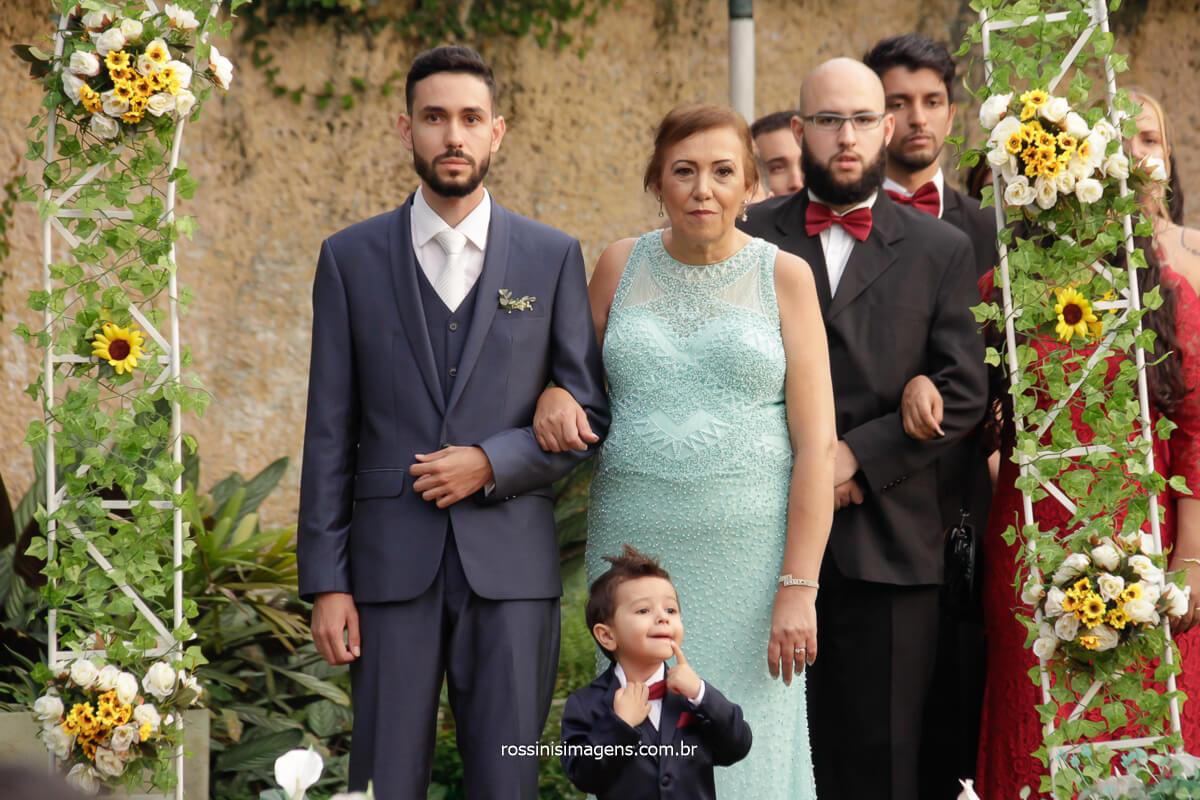 entrada do noivo com a mãe e o pajem