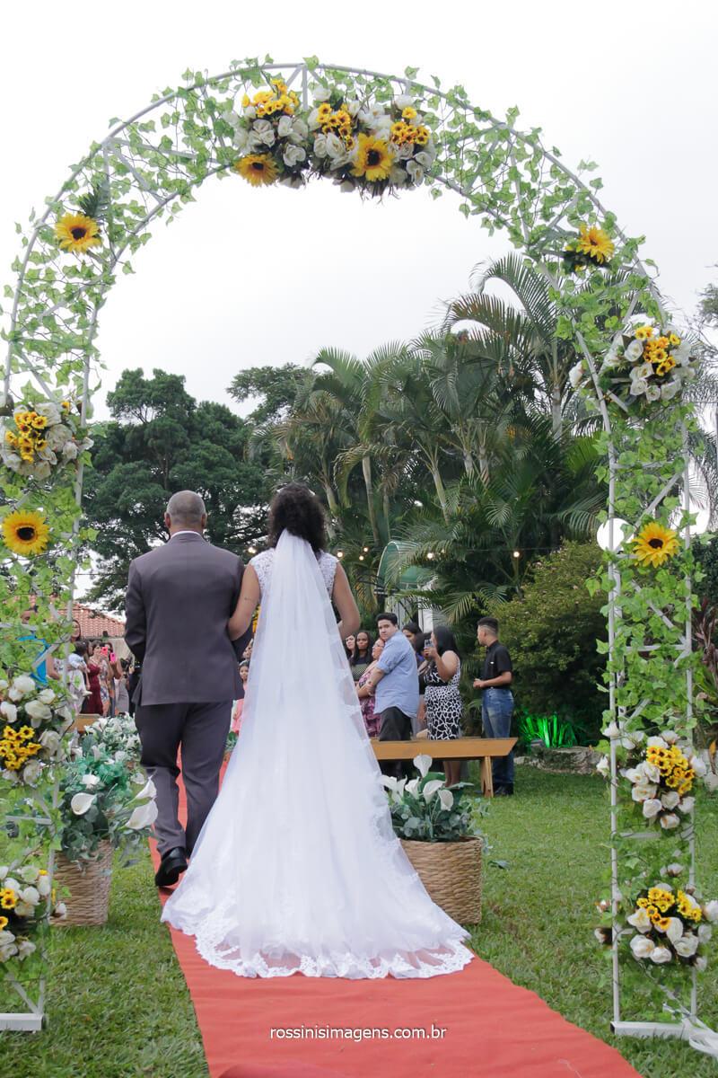 entrada da noiva de costa no salão solar da fonte em poa fotografia de rossinis imagens