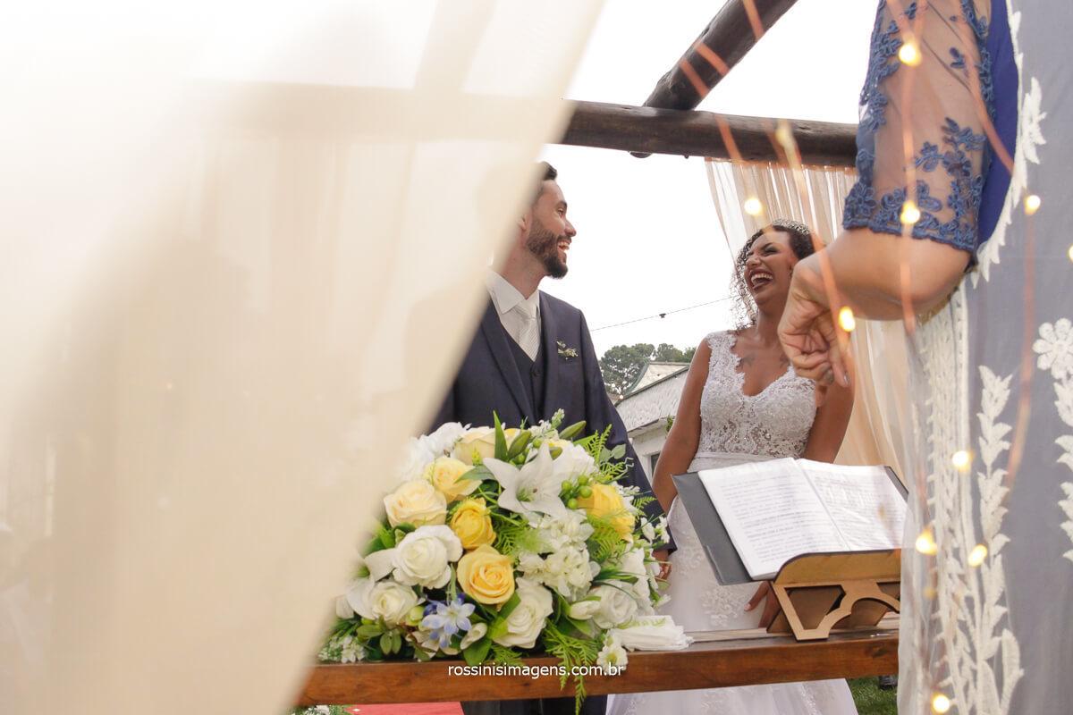 casal olhando no altar e dando risada, fotografia de casamento de rossinis imagens