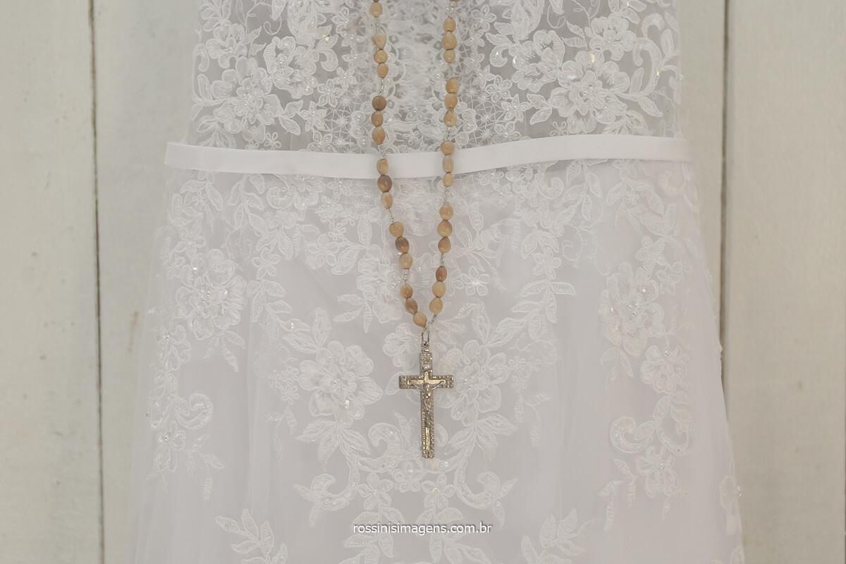 dia da noiva no salão da dani cabelo na av adutora jd nova poa fotografia por rossinis imagens vestido da noiva com o terço, escapulário