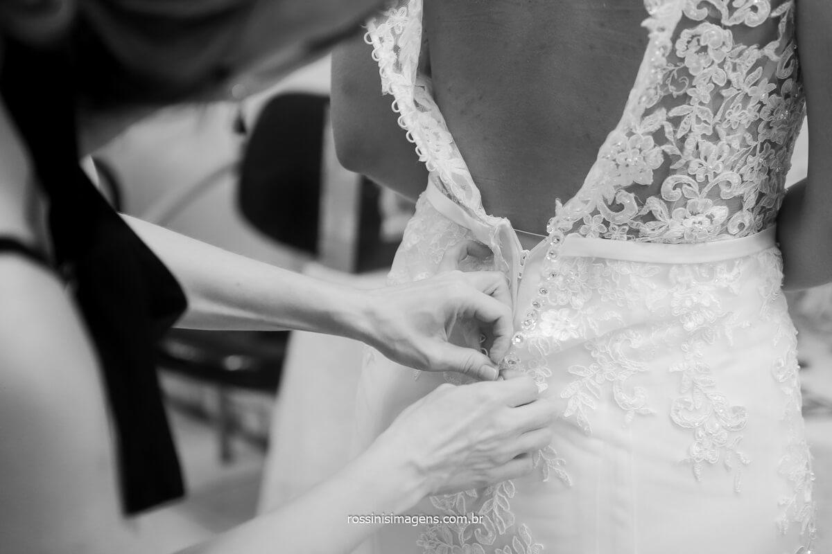fechando o vestido da noiva patricia dia de casamento emoção a mil rossinis imagens