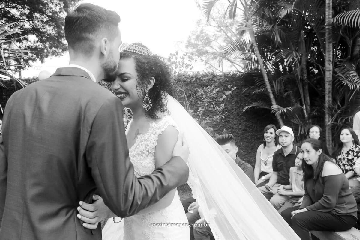 noivo beijando a testa da noiva no altar