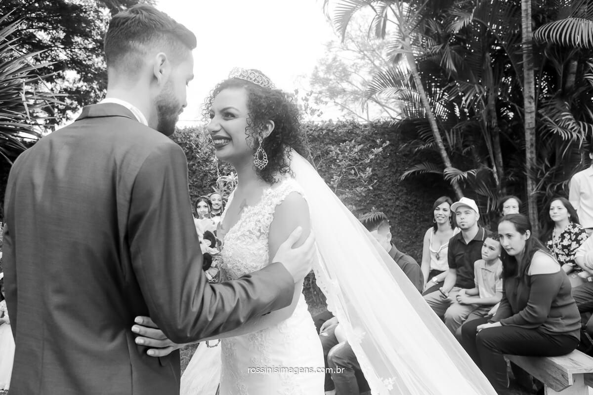 noiva olhando o noivo no altar