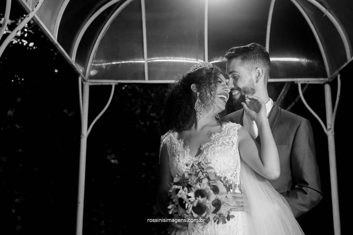casal apaixonado curtindo o casamento com um alinda sessão de fotos