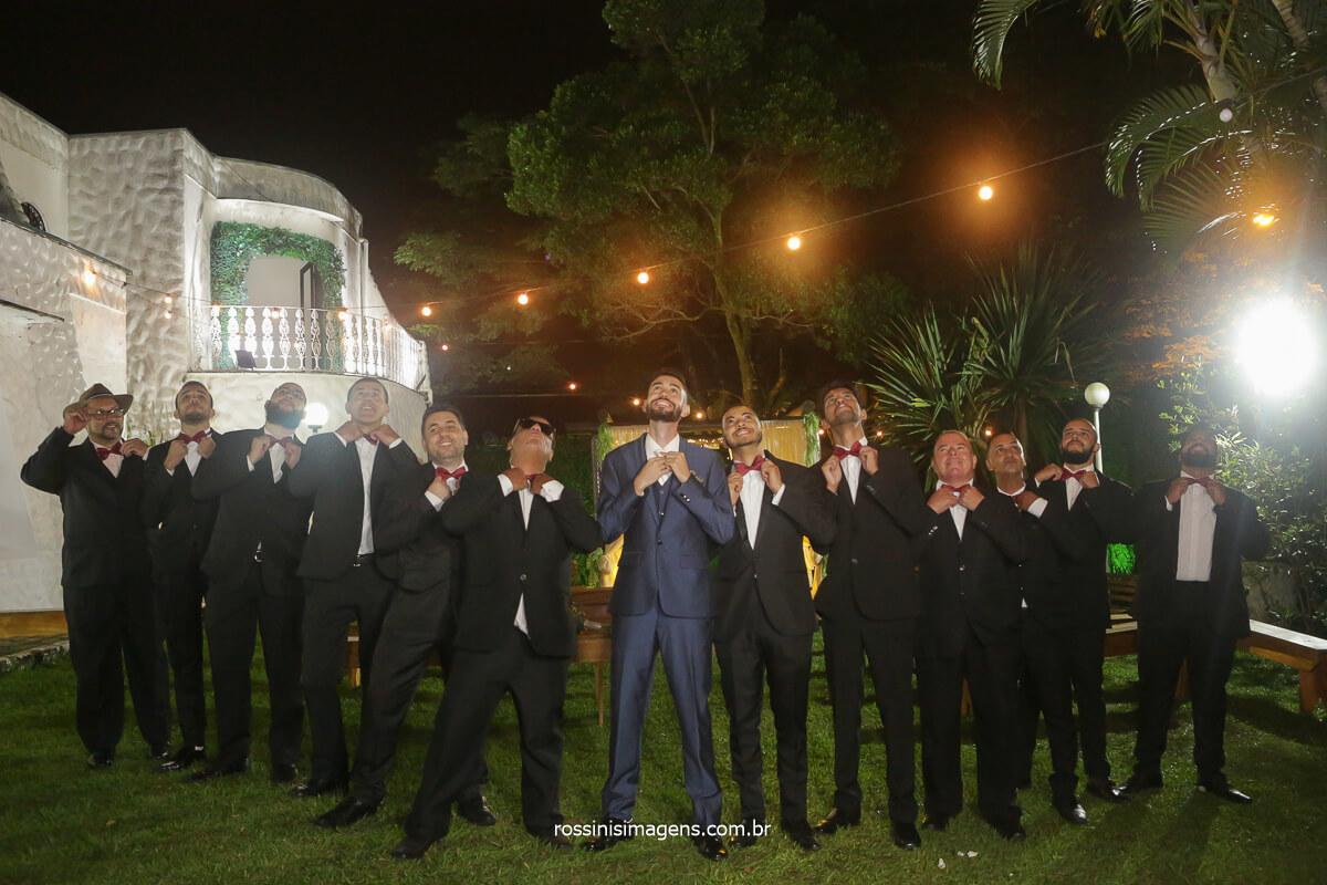 fotografia coletiva noivo com os padrinhos arrumando a gravata