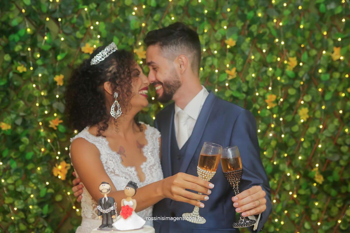 brinde dos noivos, binde a eles felicidades ao casal fotografia de casamento que os noivos aproveitam e curta todos os momentos é com a rossinis imagens