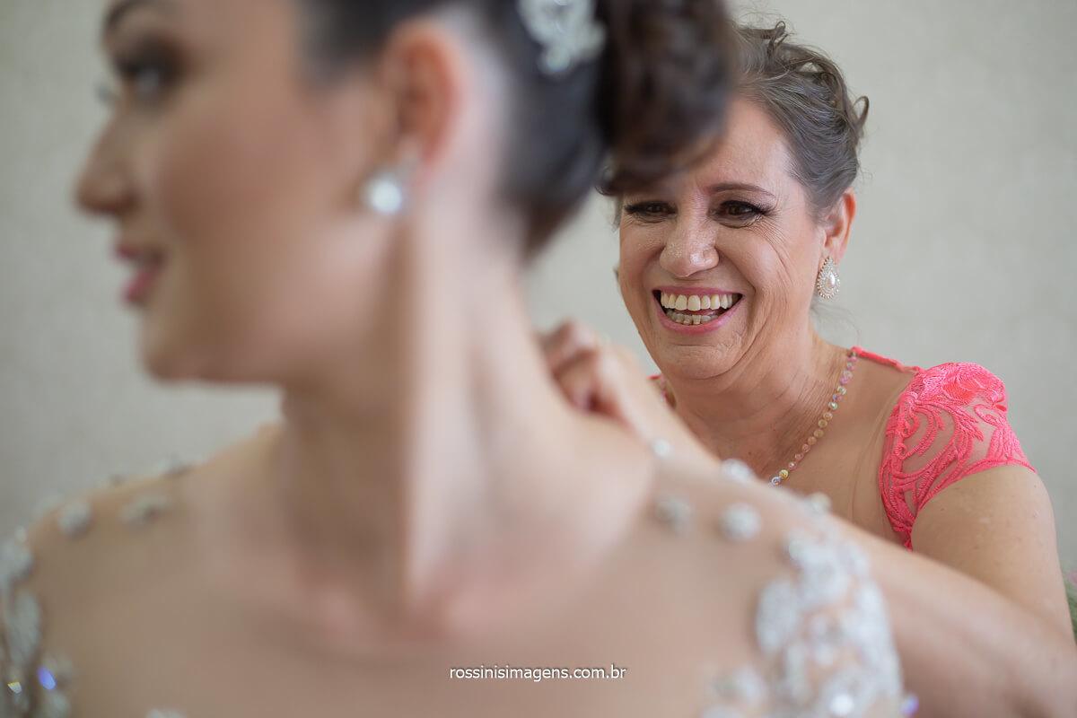 mãe da noiva fechando os botões do vestido, bride dress