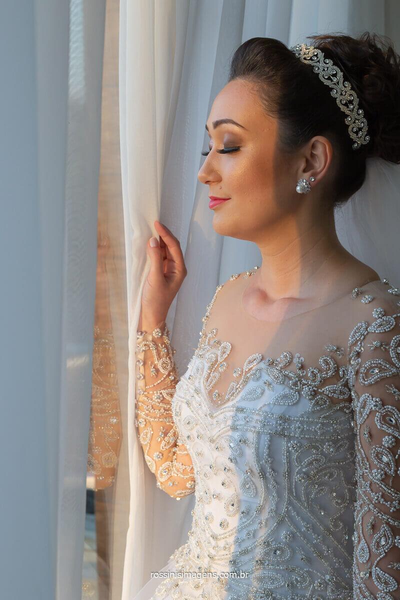 noiva apaixonada, dia do casamento, noiva na janela, noiva abrindo a cortina