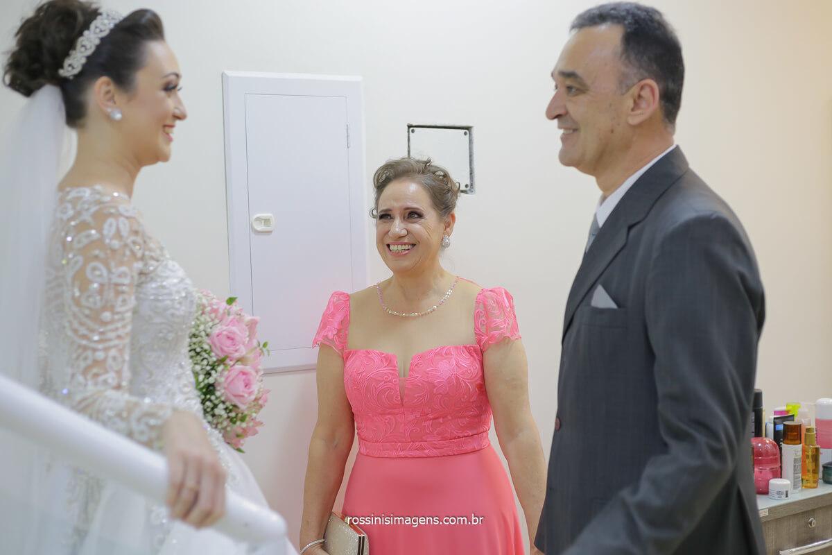 noiva encontrando pai no casamento