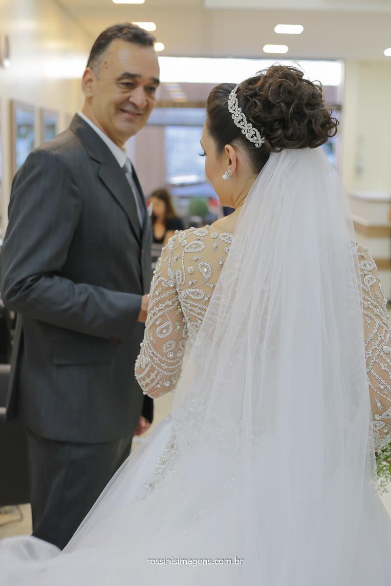 alegria do pai ao ver filha pronta, vestida de noiva prestes a casar, rossinis imagens fotografia de casamento