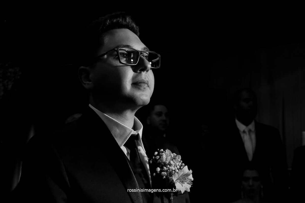 noivo no altar, esperando a noiva, fotografia pb de noivo no altar esperando a nova