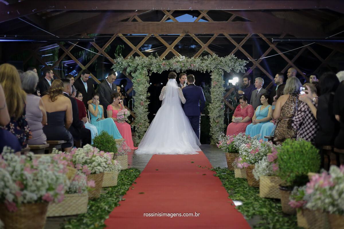 noivos no altar, cerimonial linda junto com os pais e padrinhos
