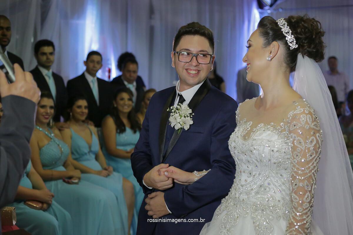 casal feliz e animado na cerimonia de casamento em mogi por rossinis imagens