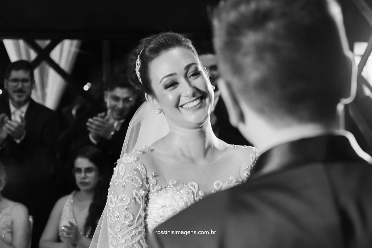 Noiva Sorrindo ao noivo durante a Cerimonia de casamento na casa da Arvore por Rossinis imagens