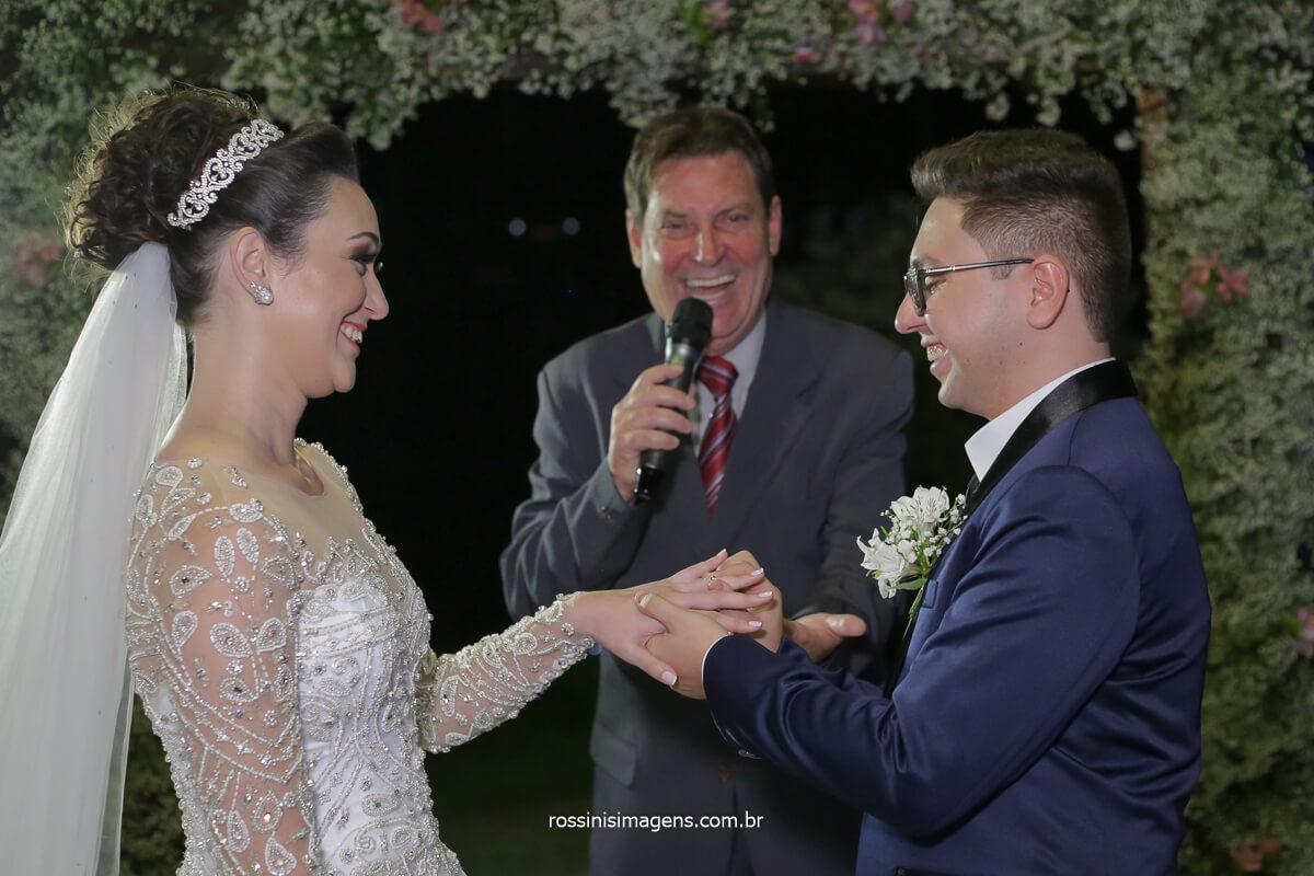 benção das alianças enlace matrimonial de Josy e Daniel em Mogi por Rossinis imagens na Casa da Arvore