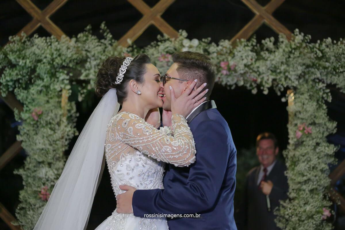 Primeiro beijo de casados de Josy e Daniel na Casa da Arvore