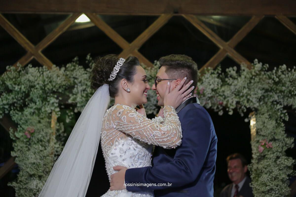 momento de emoção apos o primeiro beijo de casados, noivos se abraçam e se admiram