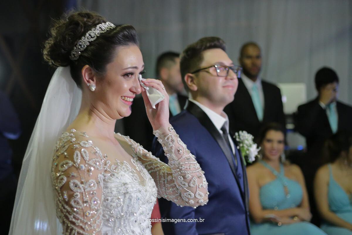 noiva chora ao receber o cumprimento dos padrinhos, noiva chora no altar
