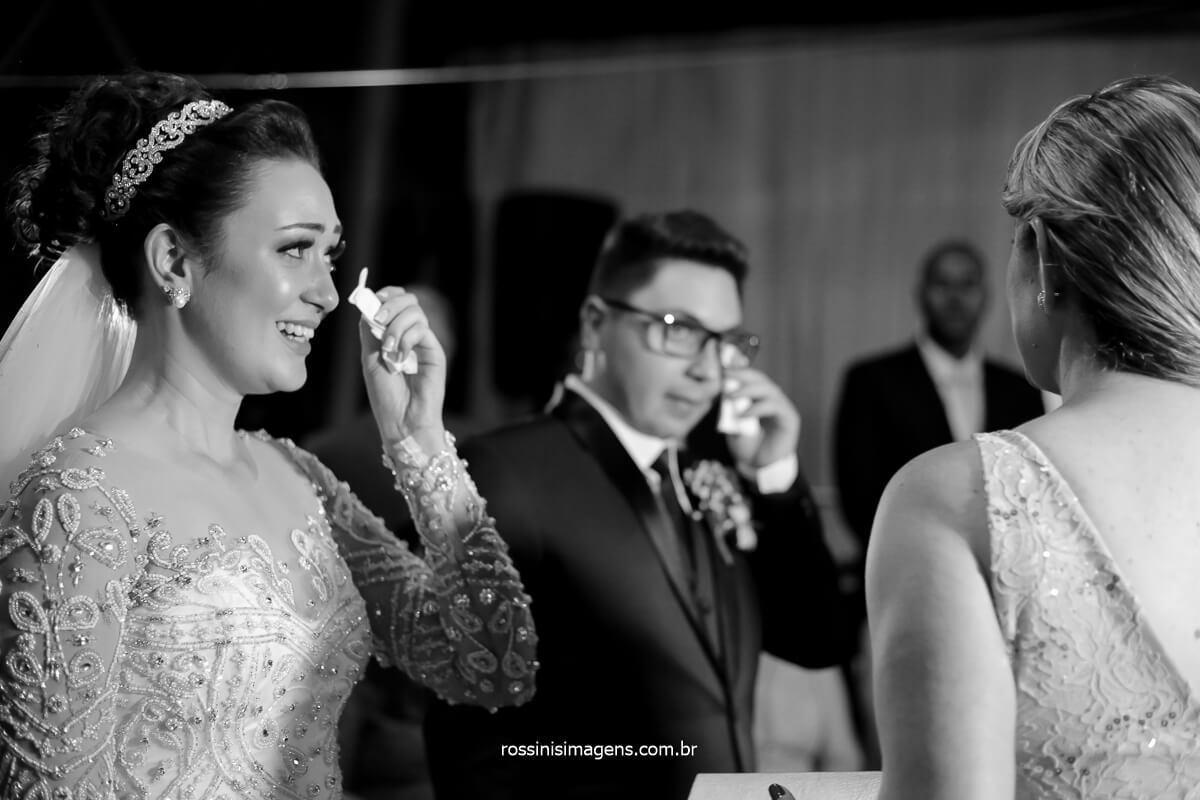 noivos chorando no altar, noivos cumprimentando os padrinhos aos choros, lagrimas rolam no rosto dos noivos ao abraçar os padrinhos