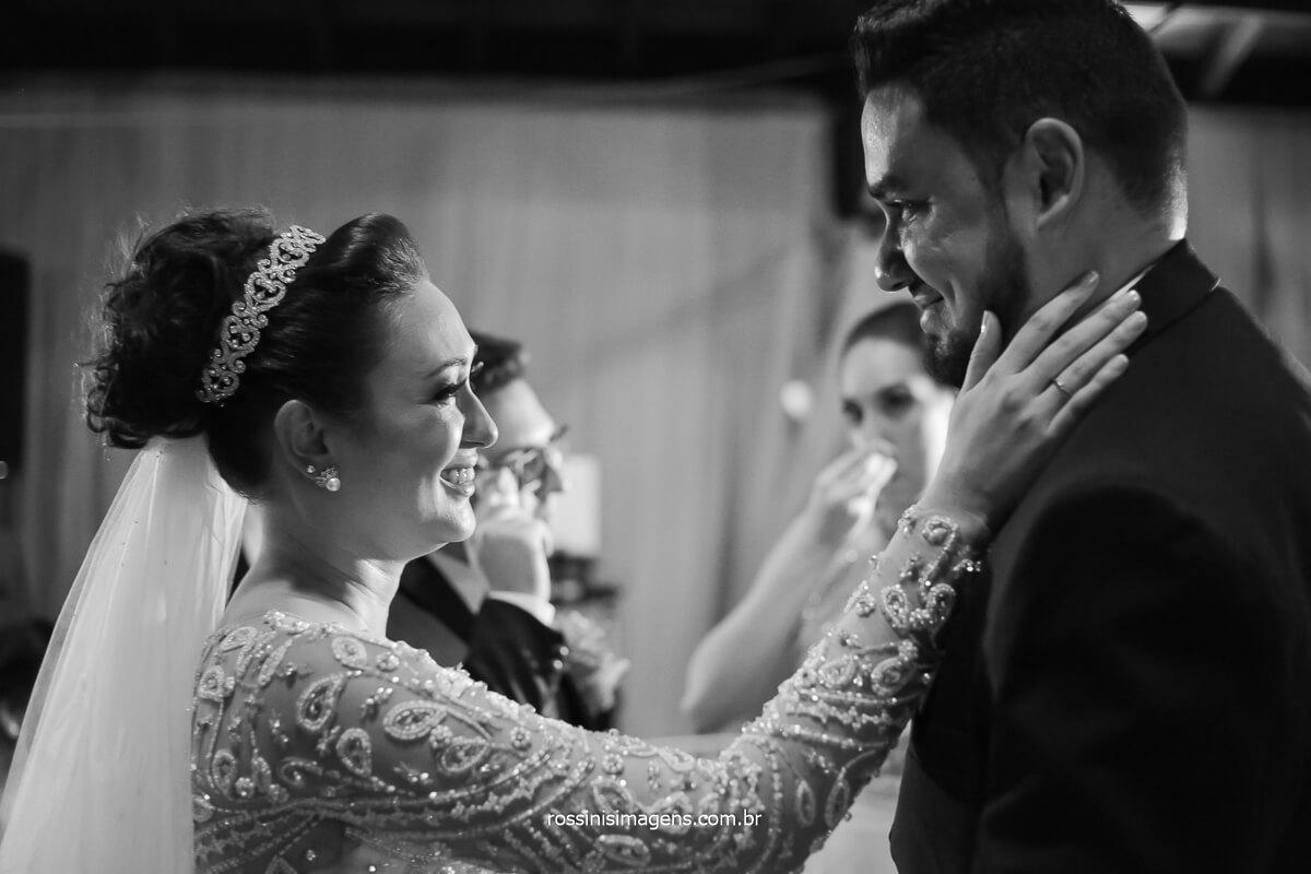 emoção da noiva ao abraçar os padrinhos, fotografia de casamento rossinis imagens