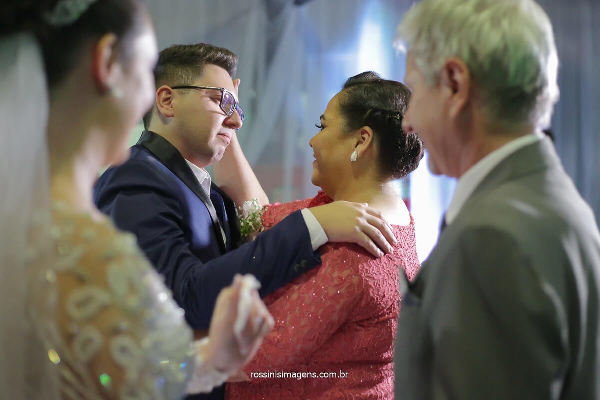 mãe e pai abraçando os noivos emocionados, rossinis imagens fotografia de casamento