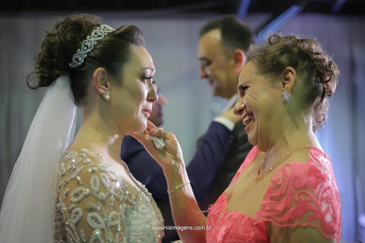 fotografo de casamento rossinis imagens emoção da mãe e pai ao abraçar os noivos
