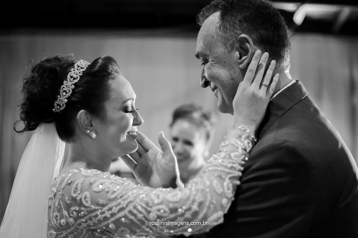 momento singular da noiva e o pai, fotografia pb emoção e sentimento Rossinis imagens Fotografia