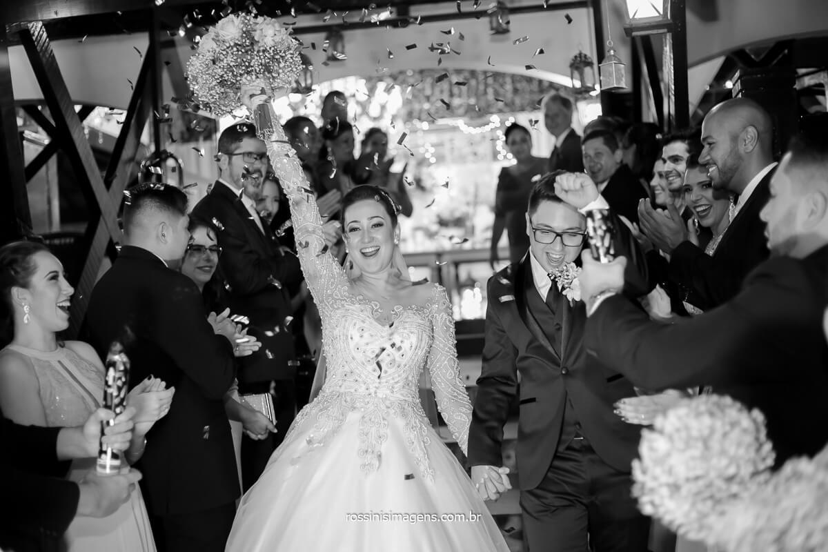 Saída dos noivos apos a cerimonia de casamento linda emocionante