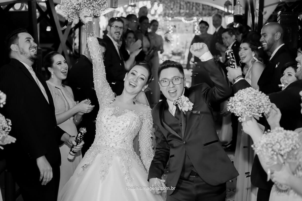 saída animada dos padrinhos e os novos Josy e Daniel, casamento em mogi rossinis imagens, Assessoria Pamela Salzgeber, Royal Som, FV Decoração