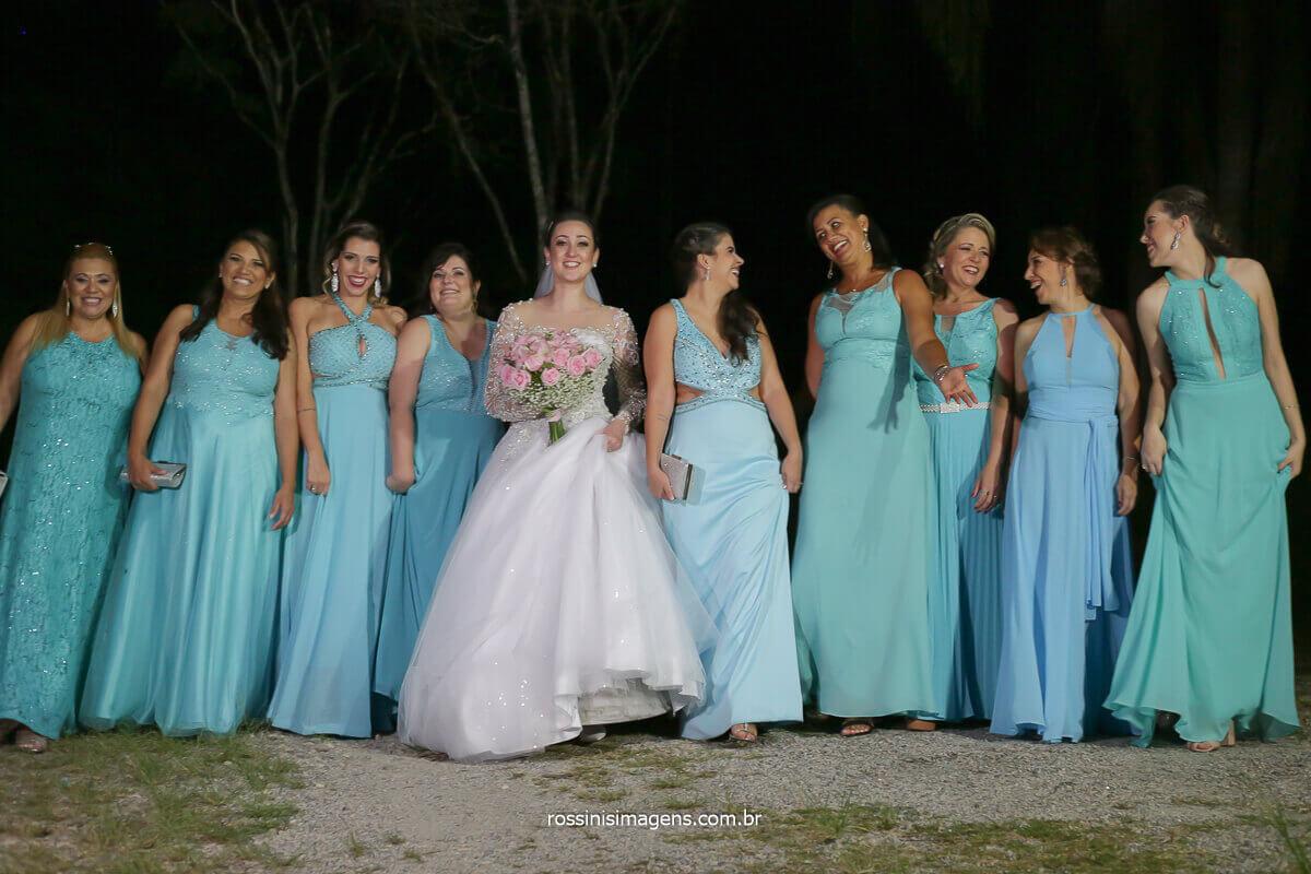 Vestido das madrinhas de azul serenity, madrinhas de tons iguais, vestido de madrinhas parecidos, vestido de madrinhas na cor azul, inspiração de vestido de madrinhas