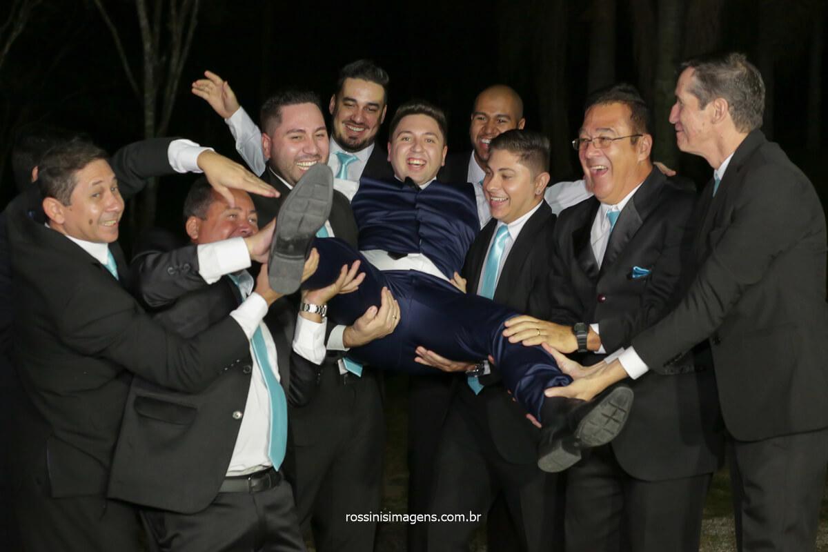 padrinhos jogando o noivo para o alto, padrinhos de gravata azul