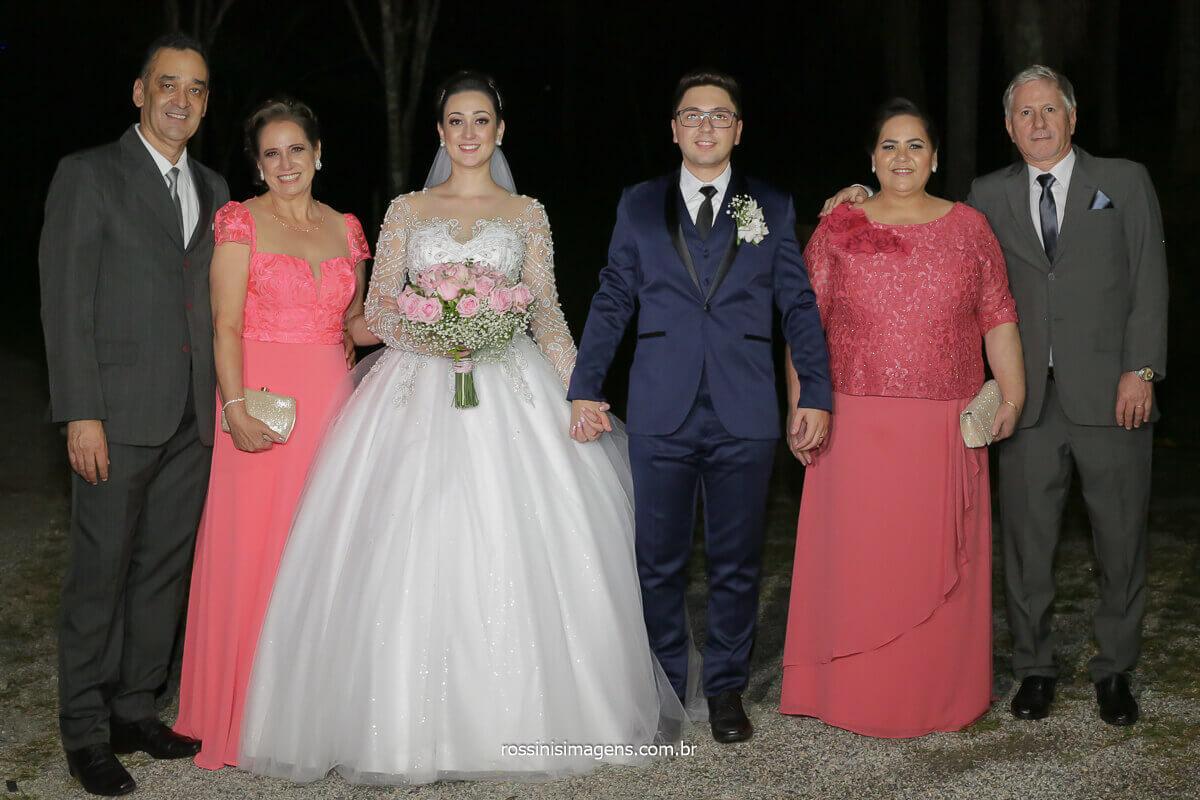 fotografia coletiva com os pais e os noivos gerações da família, união, pais, mães, filhos