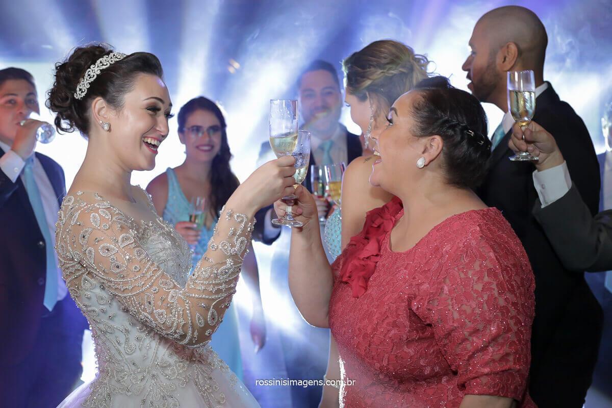 brinde dos noivos na recepção dos convidados, casa da arvore,