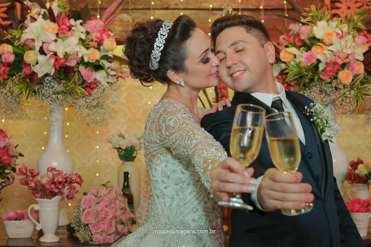 fotos dos noivos brindando na mesa do bolo casal apaixonado e romântico