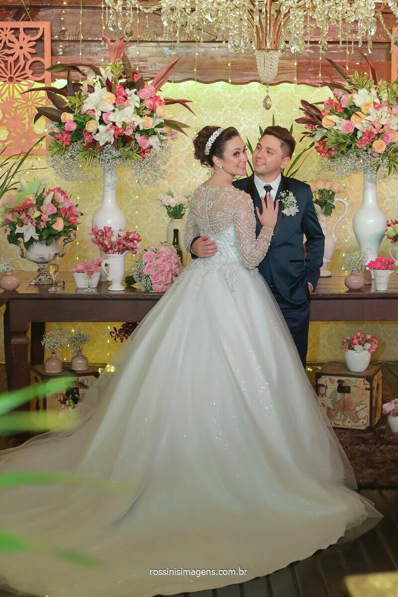 decoração do casamento em mogi por fv decorações, vestido por la Lunna e mesa do bolo por doces finos mogi