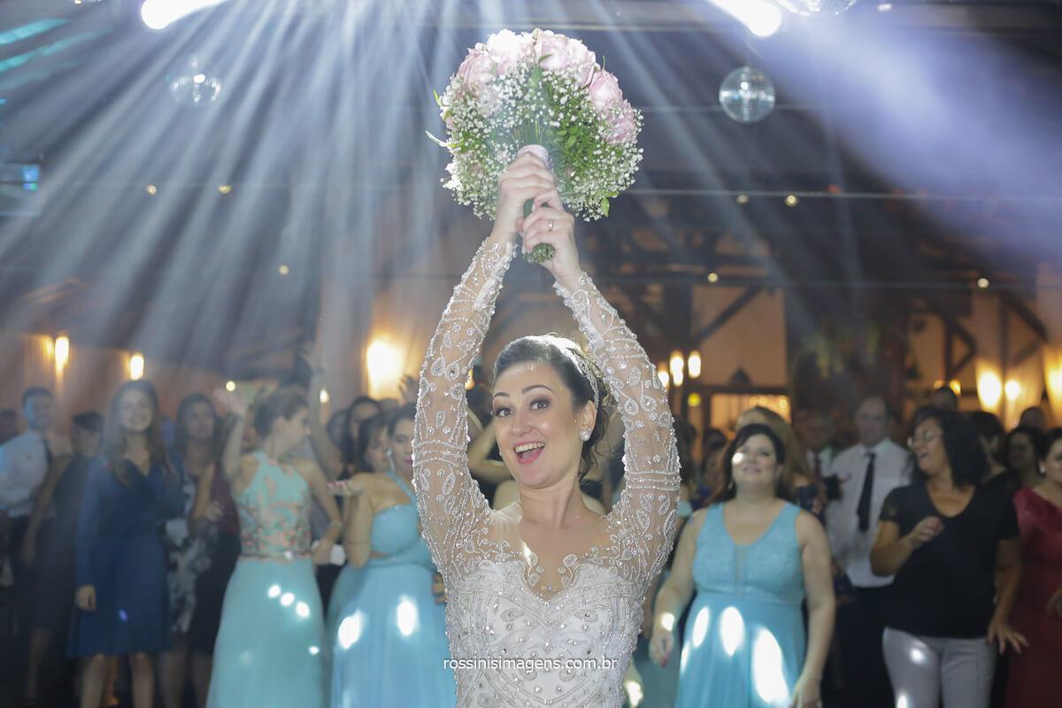 a hora de jogar o buquê ou Bouquet de noiva momento de muita animação na festa de casamento casal feliz e divertido muita alegria nesse momento