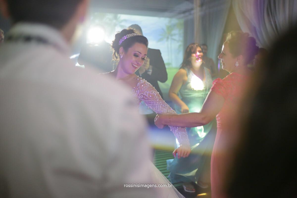 noiva dançando musica italiana, e musica portuguesa tocadas para homenagear as famílias e suas descendência