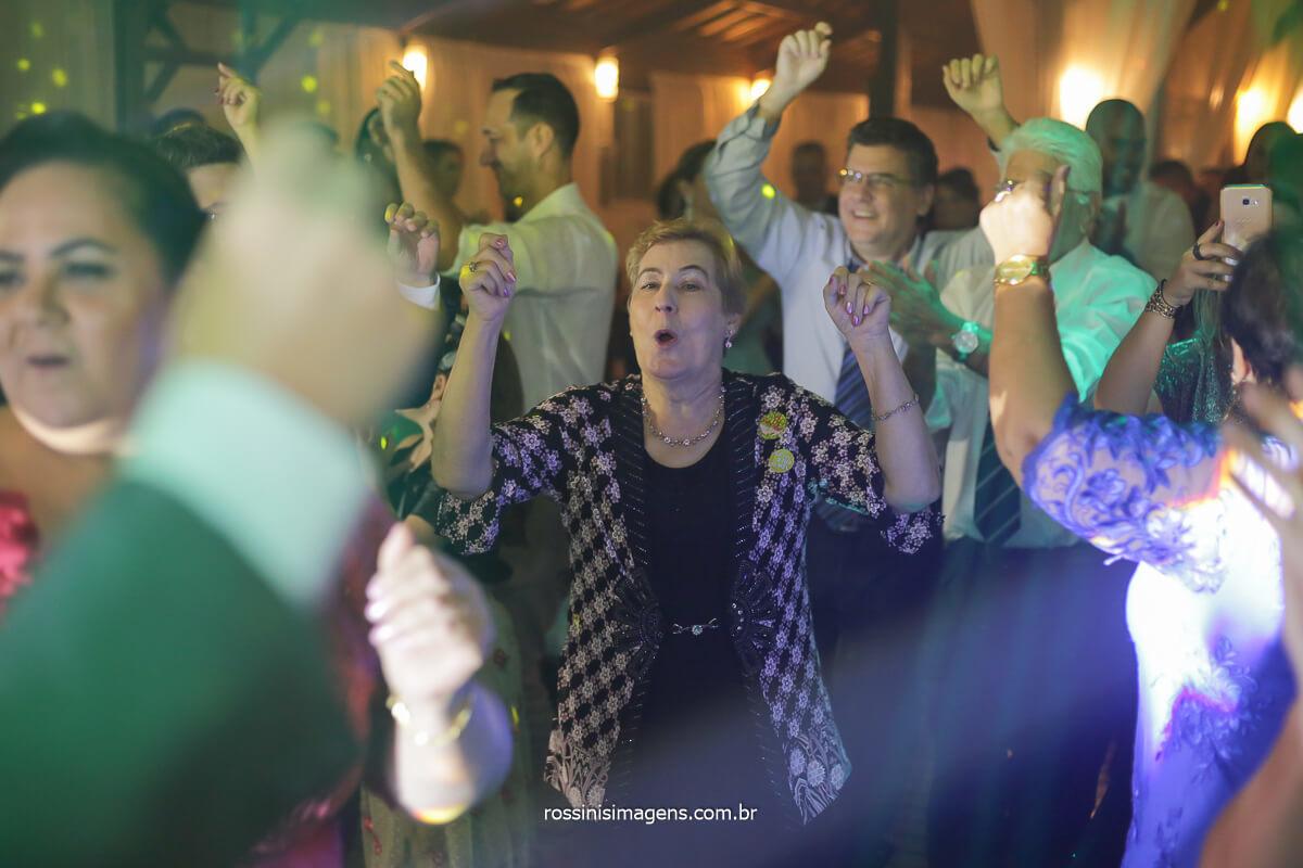 dançando ao som de uma excelente musica portuguesa