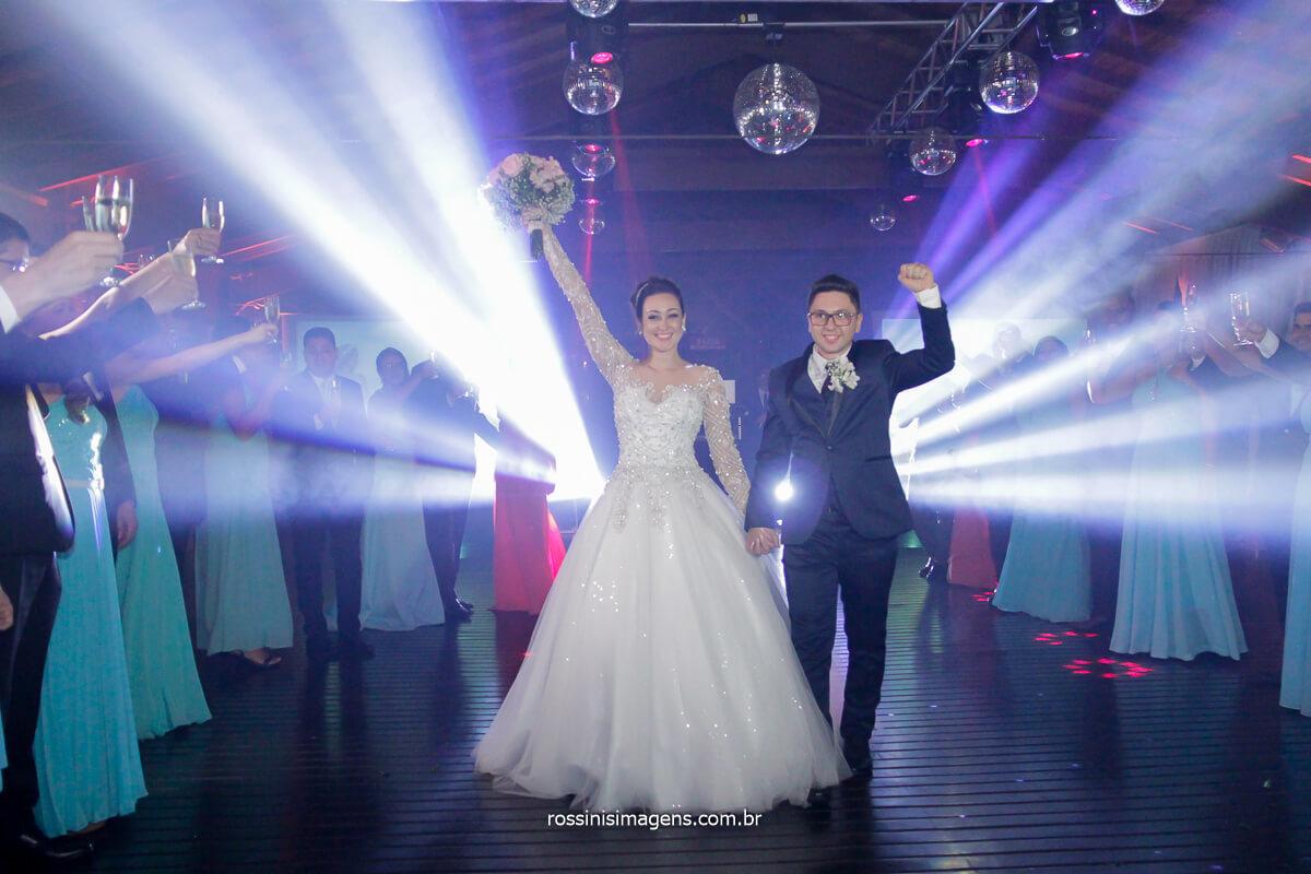 casamento de noite casal na pista de dança, brinde com os padrinhos, brinde coletivo com os padrinhos