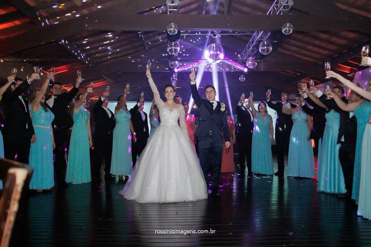 noivos brindam na pista de dança com os padrinhos para fotografia coletiva