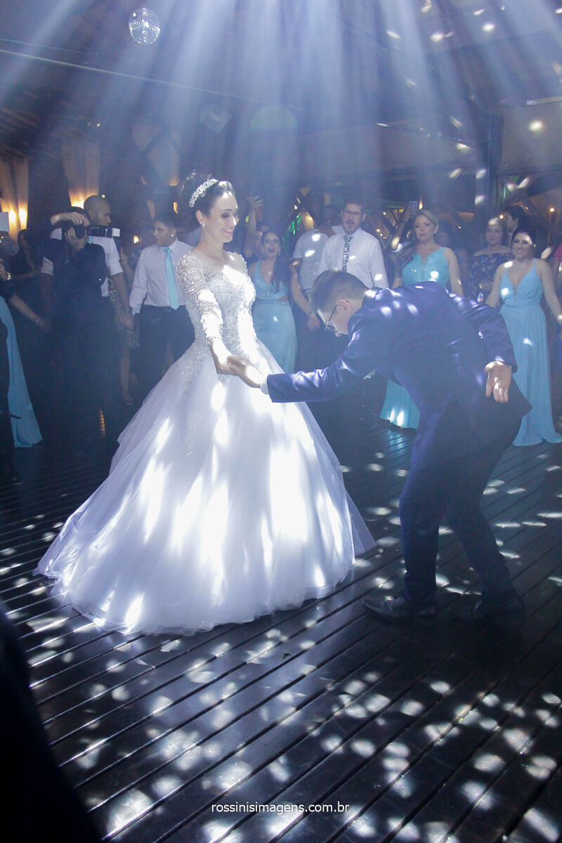 dança dos noivos casamento noivos na pista de dança, noivo cortejando a noiva na pista de dança