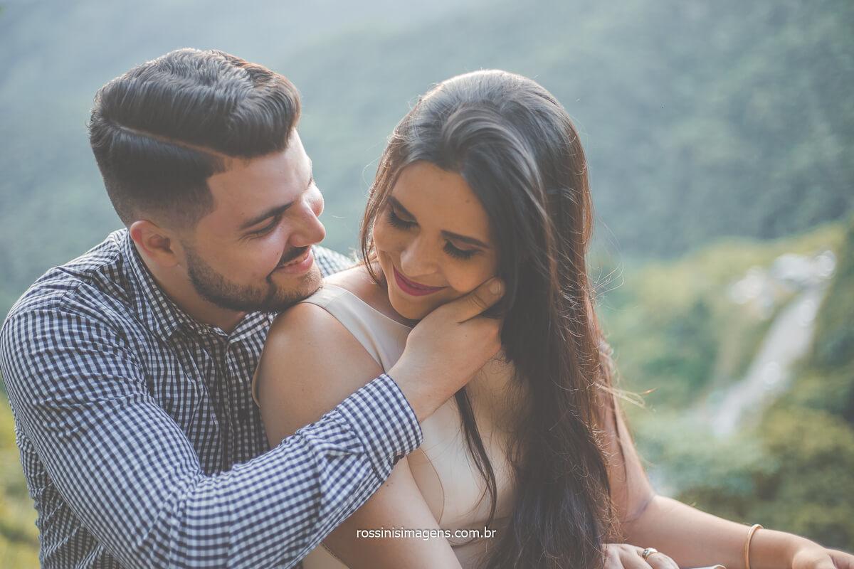 noivo romântico, fazendo carinho em noiva no ensaio fotográfico em campos do jordão, @RossinisImagens
