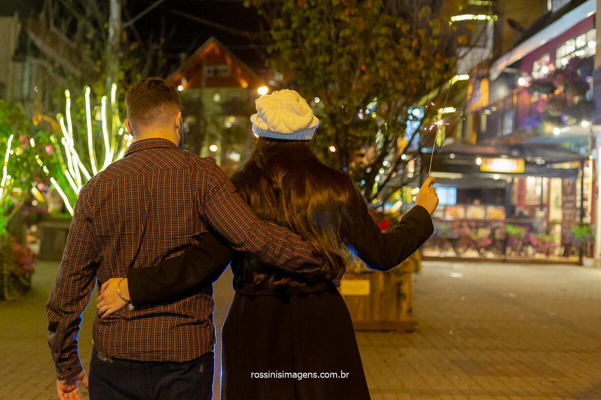 Noivos Priscila e Gian fizeram seu ensaio em Campos do Jordão,  durante o outono de 2019, levaram os fotógrafos da rossinis imagens para registrar esse momento incrível que antecede o casamento, levaram alguns adereços e trocas de roupas, @RossinisImagens