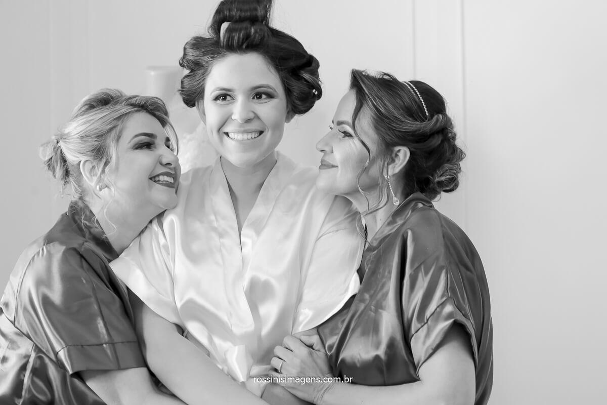 noiva no making of com a mãe e a sogra sorrindo, @RossinisImagens